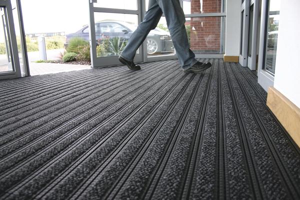Как подобрать грязезащитные половики и ковры в офис?